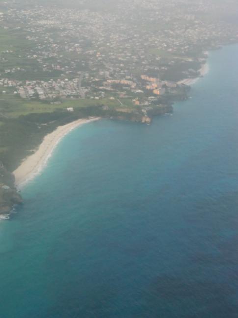 Die Aussicht auf den Crane Beach während eines Flugs mit Liat
