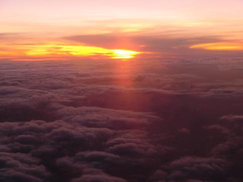 Sonnenuntergang über dem Wolken zwischen Barbados und Antigua