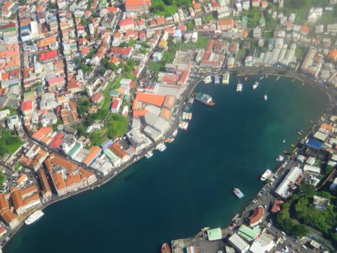 Blick von oben auf die Carenage von Saint Georges in Grenada