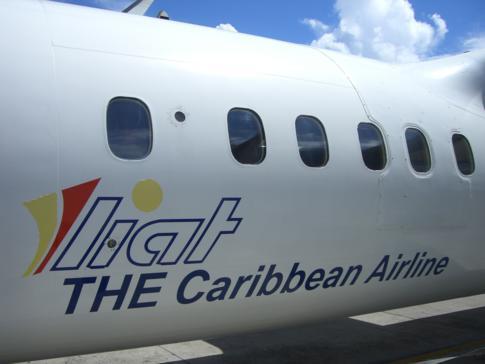 Eine Dash8-300 der karibischen Fluggesellschaft Liat am Flughafen von Grenada