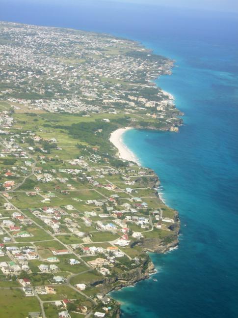 Blick auf die Südküste von Barbados während des Flugs mit Liat