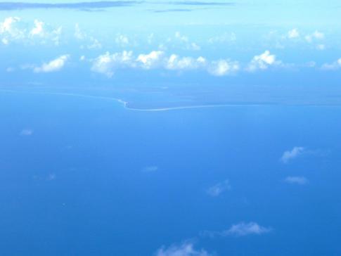 Flug mit Liat vorbei an Barbuda, der Schwesterinsel von Antigua
