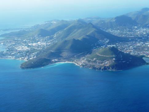 Blick auf die Insel St. Martin während des Anfluges auf den holländischen Teil Sint Maarten