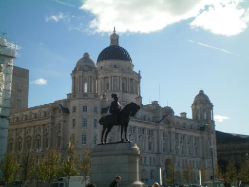 Das Port of Liverpool Building, gegenüber der Anlegestation der Mersey Ferry