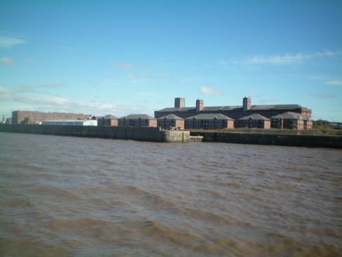 Die Liverpool Docks während einer Fahrt auf dem Mersey River