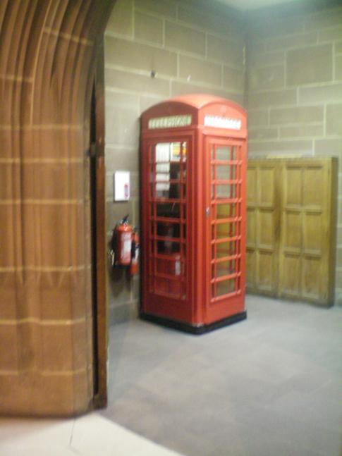 Typisch britisch Telefonzelle in der Liverpool Anglican Cathedral