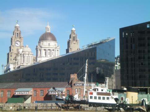 Blick vom Albert Dock auf das Port of Liverpool Building