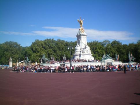 Blick auf die Statue of Victoria vor dem Buckingham Palace