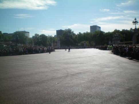 Der Platz vor dem Buckingham Palace - die Menschen warten auf die Wachablösung