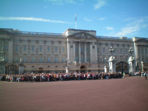 Der Buckingham Palace in London und auf die Wachablösung wartende Menschen