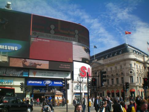 Blick auf die berühmte Leuchtreklame am Piccadilly Circus in London