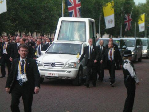 Ausnahmezustand in London - der Papst mit seinem Papamobil zu Besuch in Großbritannien