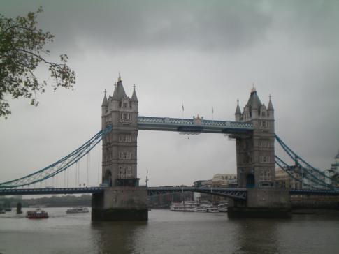 Die Tower Bridge, verbindet London über die Themse hinweg
