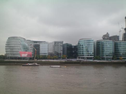 Moderne Gebäude am Themse-Ufer in London