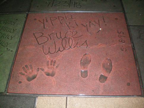 Schuh- und Handabdrücke berühmter Hollywood-Stars vor dem Graumans Chinese Theatre