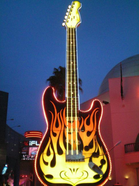 Eine überlebensgroße Gitarre in Universal City, Los Angeles