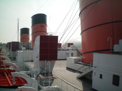 Rundgang auf der Queen Mary Long Beach: hier die drei Schornsteine