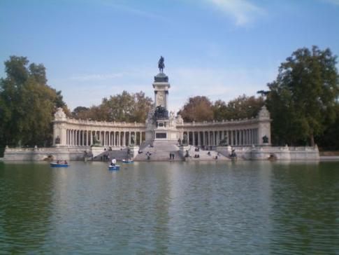 Das Monument von Alfonso dem XII im Parque del Retiro