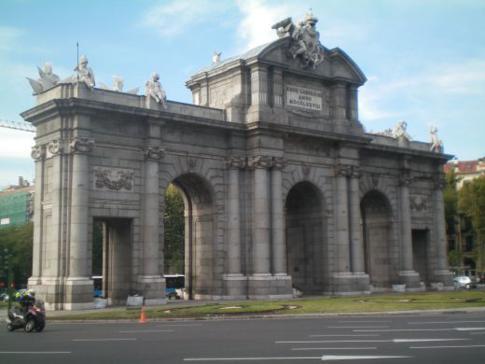 Kreisverkehr am Plaza de la Independencia sowie die Puerta de Alcala