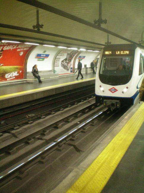 Die Metro in Madrid während der Einfahrt in die Station Sevilla