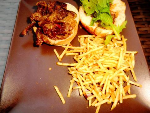 Interessanter Tapa in Malaga: Mini-Ochsenschwanzburger mit Pommes