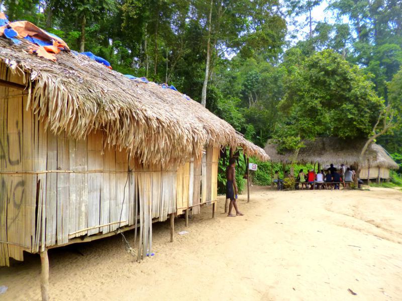 Dorf der Ureinwohner am Fluss im Taman Negara National Park