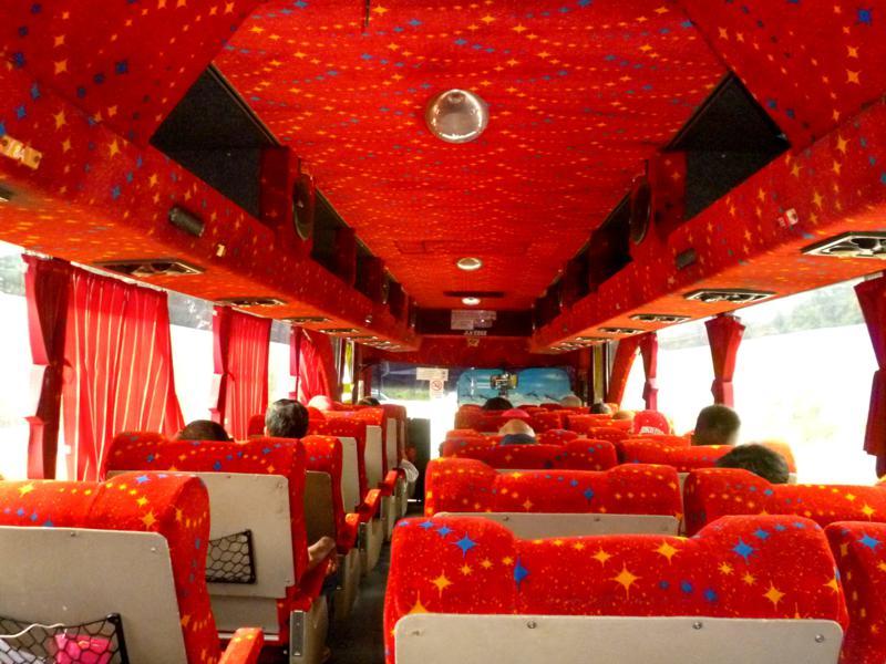Moderner Bus in Malaysia mit gerade einmal drei Sitzen pro Reihe von Kuantan nach Mersing