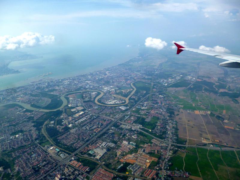 Blick auf Penang während des Fluges mit AirAsia von Medan nach Georgetown
