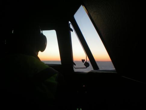 Blick auf den Sonnenaufgang während eines Flugs mit Manx2