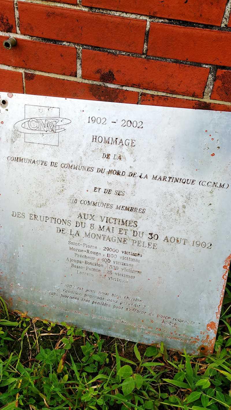Tafel am Montagne Pelée zum Gedenken an den Vulkanausbruch in St. Pierre