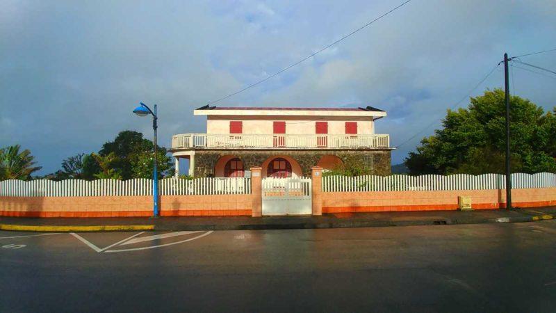 Die kleine Stadt Morne-Rouge südlich des Montagne Pelée