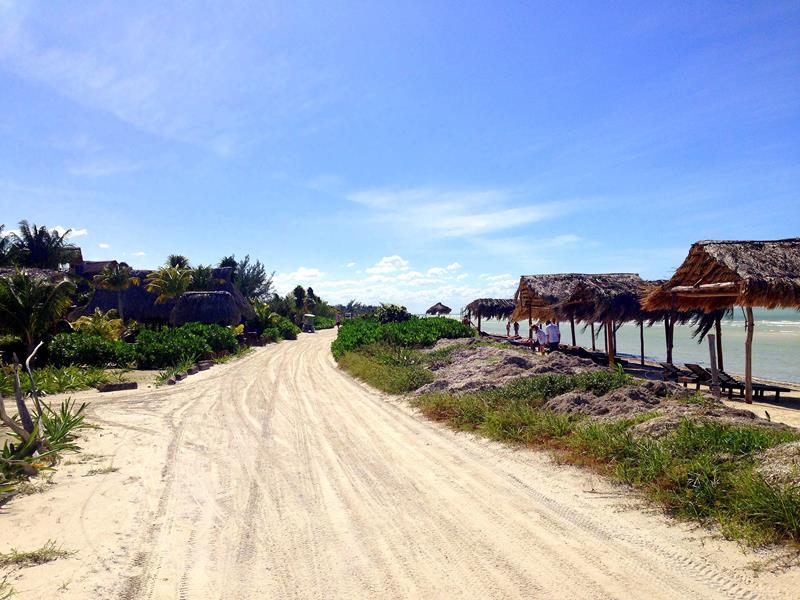 typische Sandstraßen auf der Isla Holbox in Mexiko