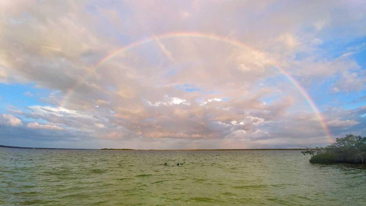 Sonnenuntergang und Regenbogen an der Laguna Bacalar in Yucatan, Mexiko