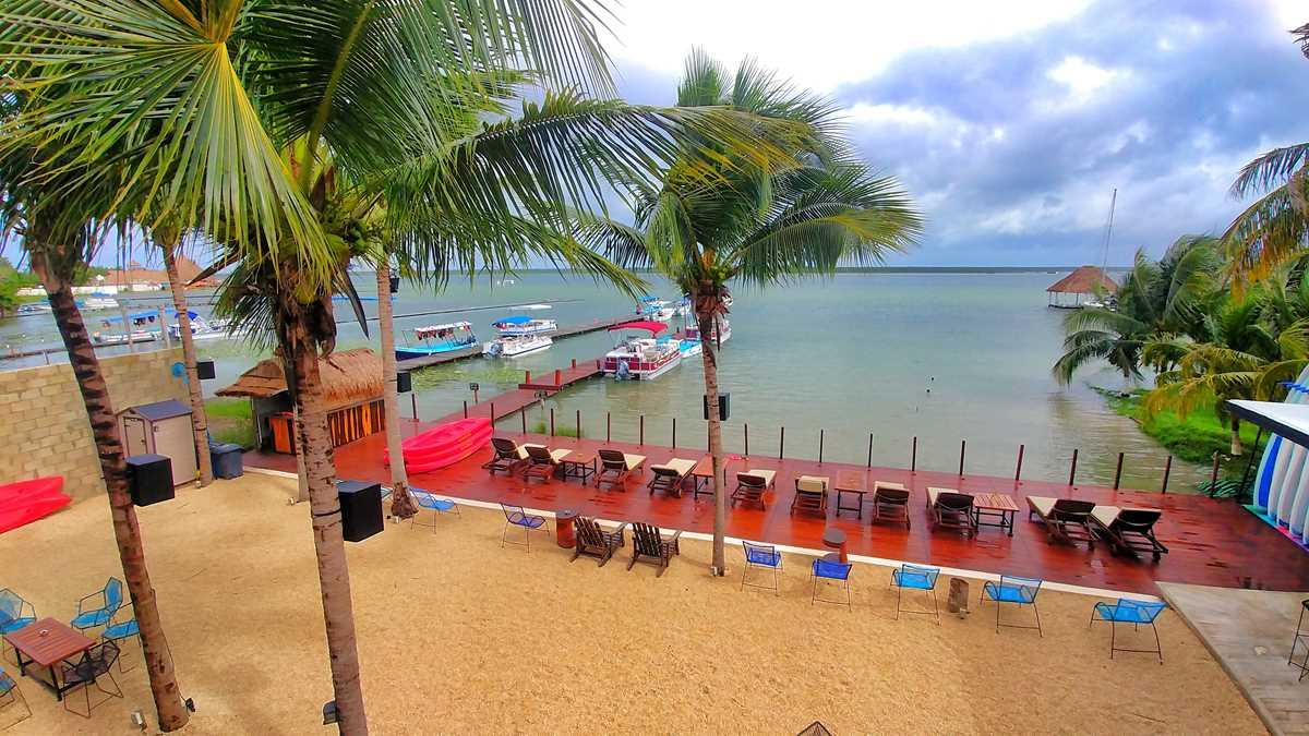 Das Yak Lake House Hostel mit Blick auf die Lagune, eines der besten Hostels in Bacalar