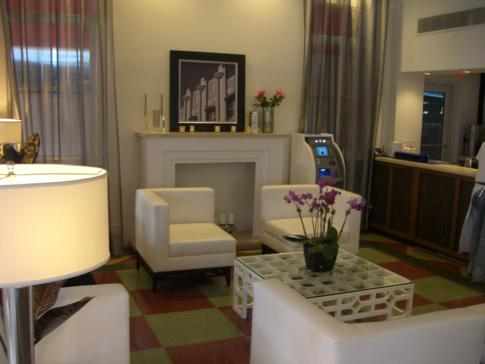 Die kleine Lobby des Room Mate Waldorf Towers Miami Beach