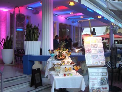 Eine der zahlreichen Restaurants auf dem Ocean Drive in Miami Beach