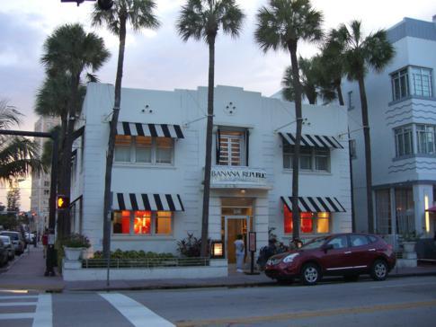 Die Collins Avenue, eine Parallelstraße des Ocean Drive in Miami