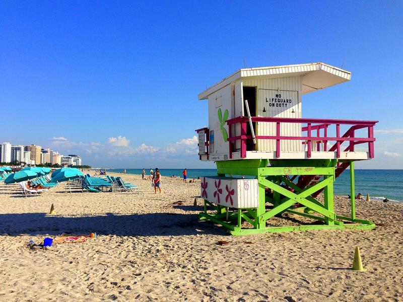 Die tollen und bunten Bademeister-Häuschen am Strand von Miami Beach