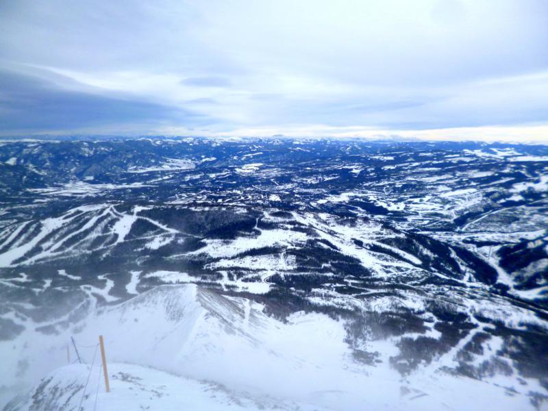 Blick vom Lone Mountain über das Skigebiet Big Sky und die Berge von Montana