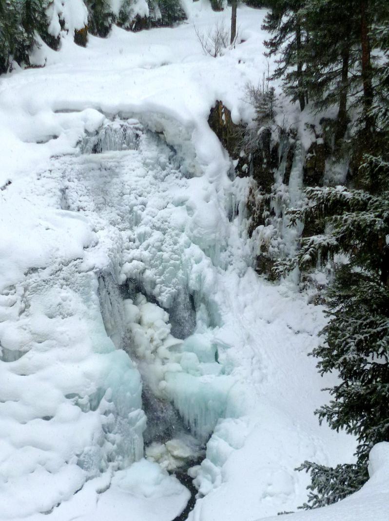 Spaziergang zu den Ousel Falls, eine traumhafte Winterlandschaft in Montana