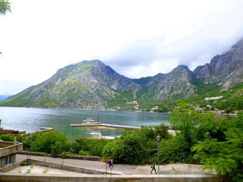 Blick auf die überragende Bucht von Kotor während der Fahrt nach Budva