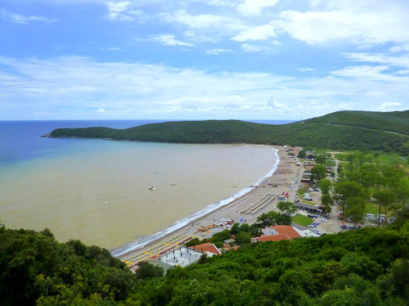 Blick auf die montenegrinische Adriaküste während der Fahrt nach Budva