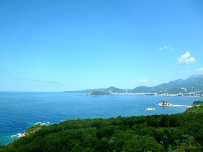 Blick auf die montenegrinische Adriaküste auf dem Weg von Budva nach Albanien