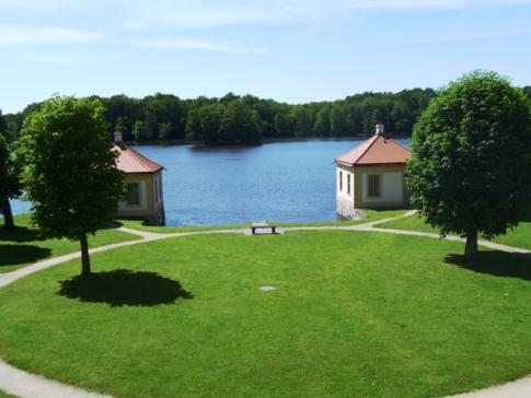 Idyllischer Schlossteich am Schloss Moritzburg in der Nähe von Dresden