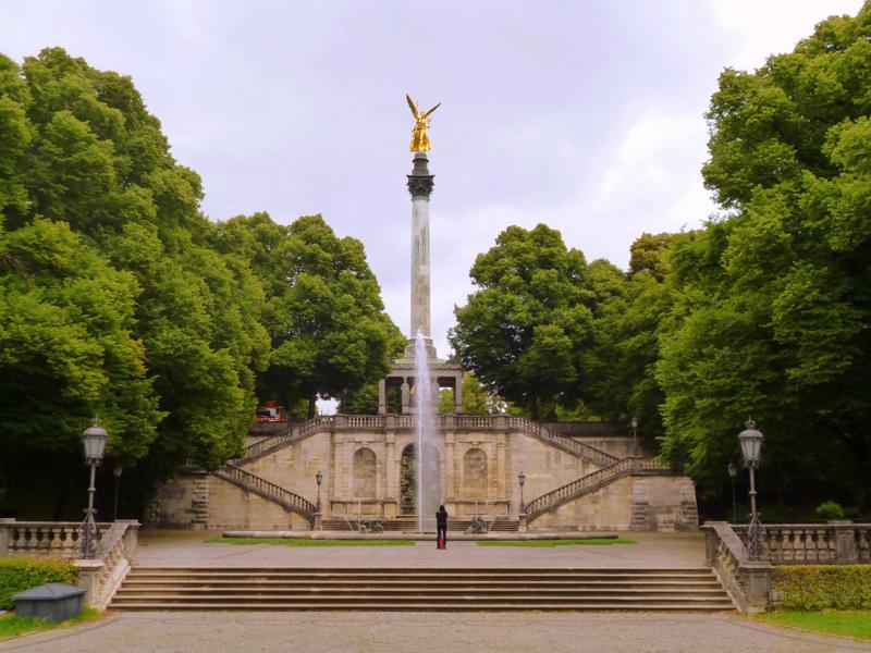 Die Siegessäule im südlichen Teil des Englischen Gartens von München