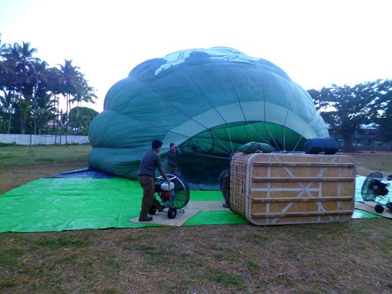 Die Vorbereitungen für die Heißluftballonfahrt