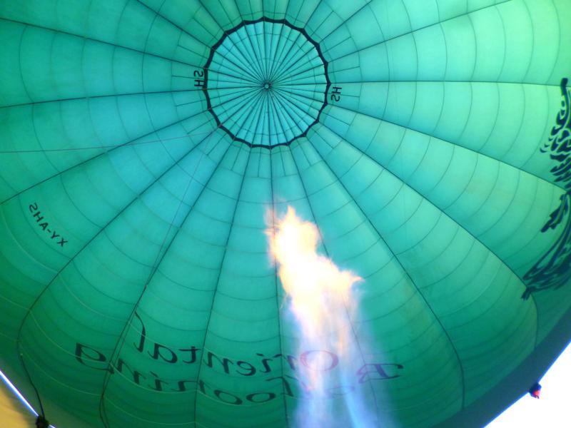 Der Heißluftballon von Oriental Ballooning über dem Inle Lake
