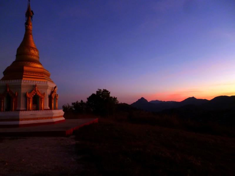 Traumhafter Sonnenuntergang von einem Kloster am Inle Lake
