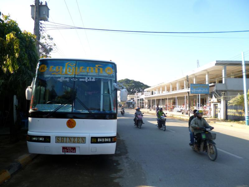 Die Busstation von Tachileik mit Abfahrten in Richtung Kengtung