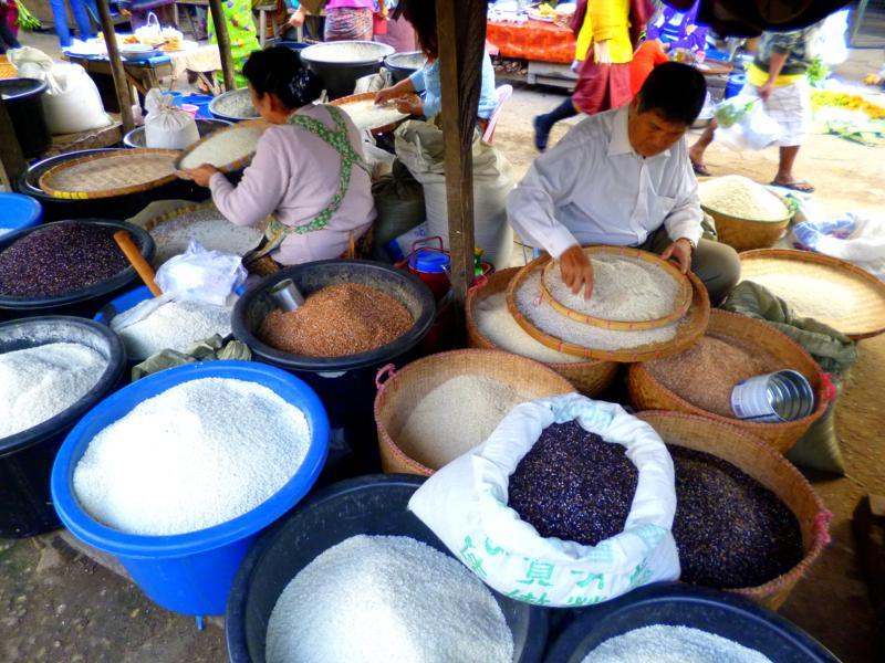 Der bunte Markt von Kengtung im Osten von Myanmar